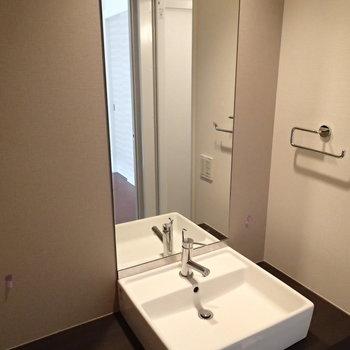 縦長の鏡がおしゃれ※写真は3階の反転間取り別部屋のものです