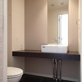脱衣所にトイレと洗面台です※写真は3階の反転間取り別部屋のものです