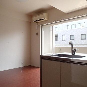 窓向きキッチン※写真は3階の反転間取り別部屋のものです