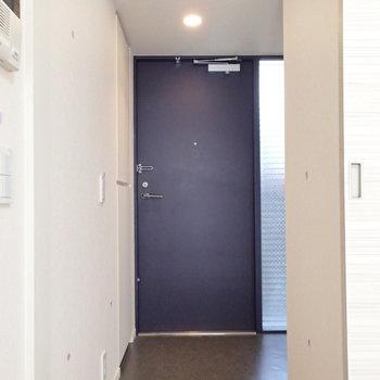 玄関にはすりガラスで自然光入ります※写真は3階の反転間取り別部屋のものです