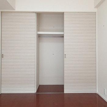 3つの引き戸の右2つが収納です※写真は3階の反転間取り別部屋のものです