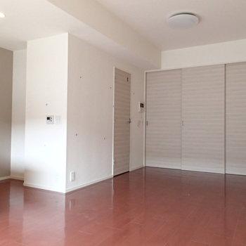 ドアは爽やかな木目で統一※写真は3階の反転間取り別部屋のものです