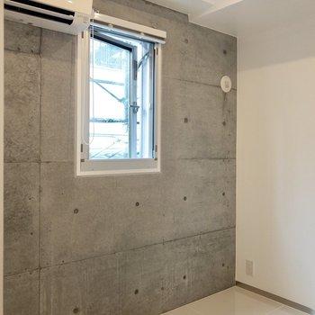 【ワークスペース】壁際にテーブルを置いて作業も※写真は14階の同間取り別部屋のものです