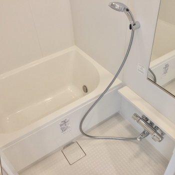 バスルームは浴室乾燥機付き※写真は14階の同間取り別部屋のものです