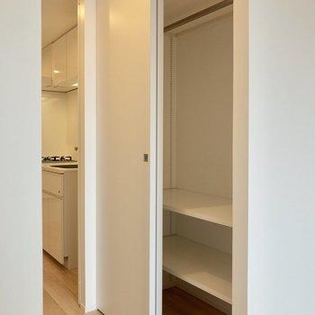 引き戸の手前にクローゼットがあります※写真は14階の同間取り別部屋のものです