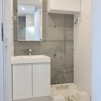 サニタリーは白で爽やか※写真は14階の同間取り別部屋のものです