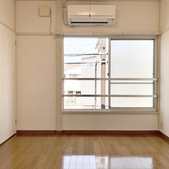 【北西側洋室】シンプルな内装です。