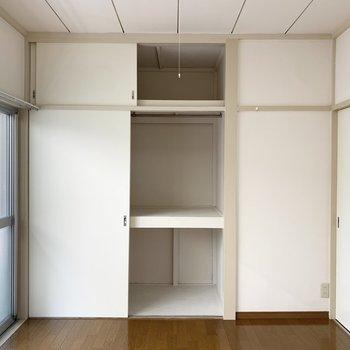 【南西側洋室】服をかけて収納できます。