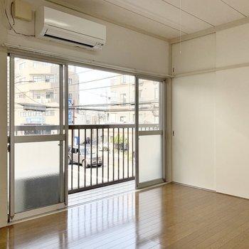 【南西側洋室】白を基調とした清潔感のあるお部屋です。