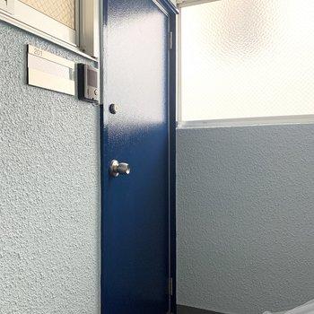 玄関扉の表側は青色です。モダンだなぁ。