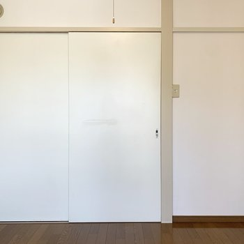 【北西側洋室】この扉を開けるとキッチンになります。
