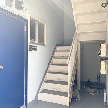 階段は少し狭め。搬入出の際は寸法をご確認ください。