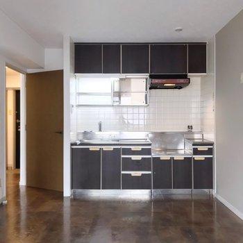 キッチンはどっしりと。床の色と相まってチョコレートみたい。