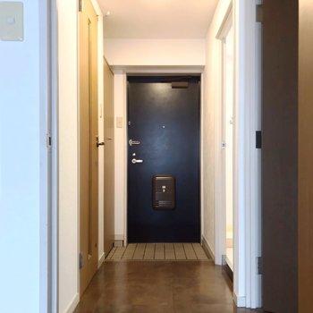 廊下側に水回り。脱衣所には少し段差があります。