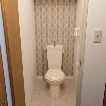 トイレも素敵なクロス。ウォシュレットは持ち込みで取り付けられます。