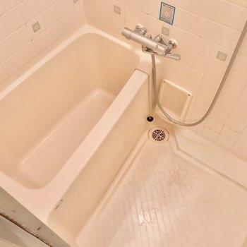 お風呂は少しコンパクトだけど、サーモ水栓で使いやすいです。