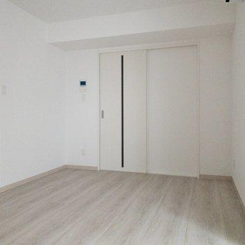 【LDK】隣の洋室と仕切る扉はすりガラスのような透け感ある素材。