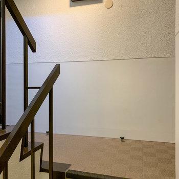 お部屋前の共用部です。階段で4階まで。