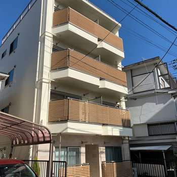 4階建てのマンションです。