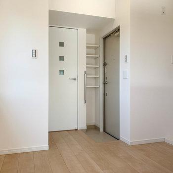 キッチン側のスペースへ。キッチンの奥に玄関があります。