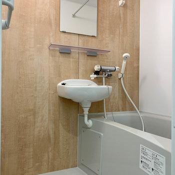 2点ユニットのお風呂。浴室乾燥が付いています。