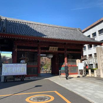 駅の横にある、護国寺です。