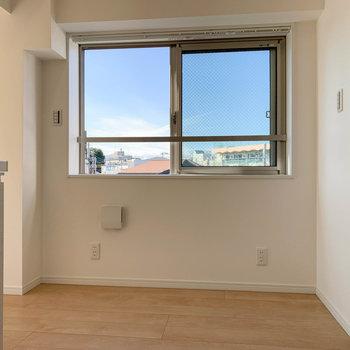 キッチンの右にも窓辺が。カフェテーブルなどが置けそうですね。