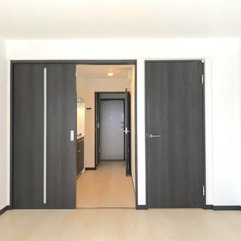 右の扉は収納へと繋がっています。