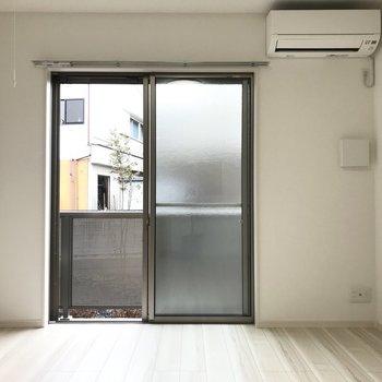【LDK】リビングの窓は南西向き。※写真は1階の同間取り別部屋のものです