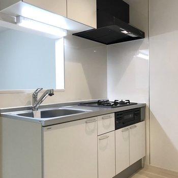 【LDK】上下に収納できる機能的なキッチン。※写真は1階の同間取り別部屋のものです
