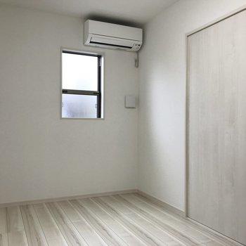 【洋室】小窓があるので風通しもいいですね。※写真は1階の同間取り別部屋のものです