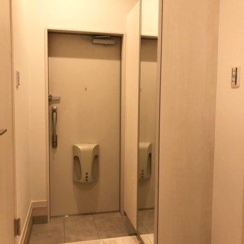 玄関周りもゆったり。※写真は1階の同間取り別部屋のものです