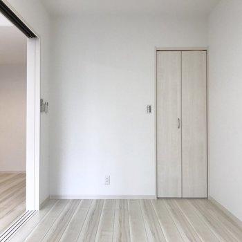 【洋室】ここはベッドを置いて、寝室として使おうかな。※写真は1階の同間取り別部屋のものです