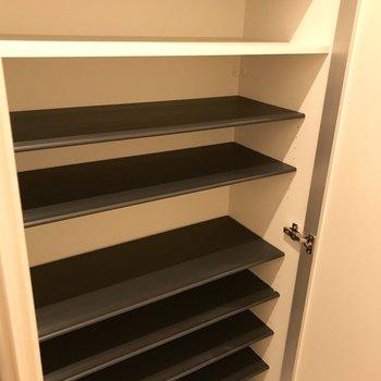 シューズボックスはとても広め。※写真は1階の同間取り別部屋のものです