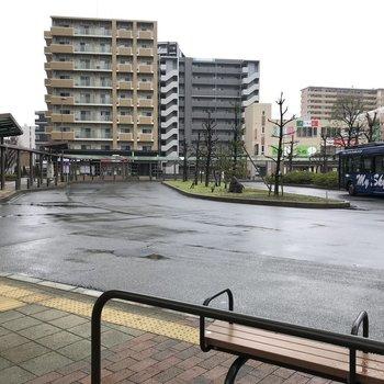 駅には大きなバスターミナルも。