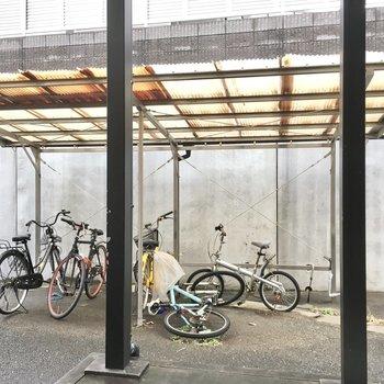 自転車置き場は屋根付きです。