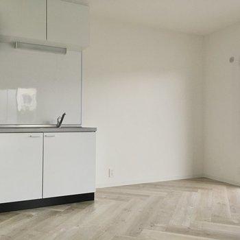 冷蔵庫はキッチンの隣に。大きさサイズも置けそうです。