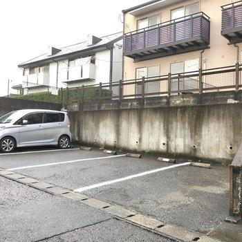階段の横が駐車場です。なんと、無料!これは嬉しいなぁ。