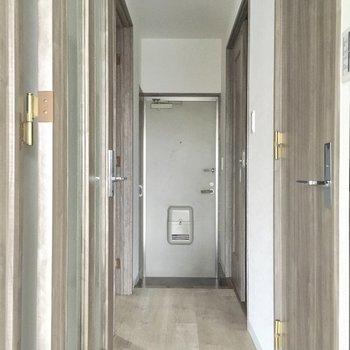 玄関廊下に沢山の扉が続きます。