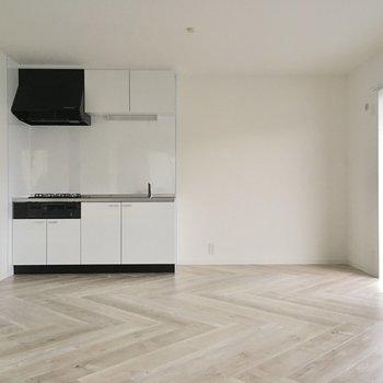 床は人気のヘリンボーン。色味も淡くて心地良い。