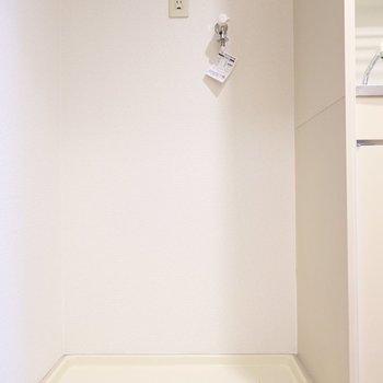 洗濯機置場はキッチン左手にあります。(※写真は5階の同間取り別部屋のものです)