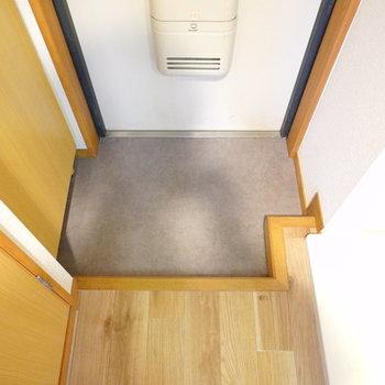 玄関はひとりなら十分なサイズ感です。(※写真は5階の同間取り別部屋のものです)