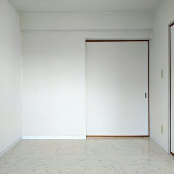 【洋室1】リビングの隣、窓のある洋室です。