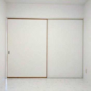 【洋室2】写真左の扉から廊下に出ることができますよ。