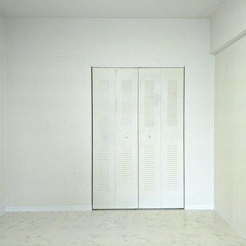 【洋室2】白基調のお部屋。好きなようにアレンジすることができますね。