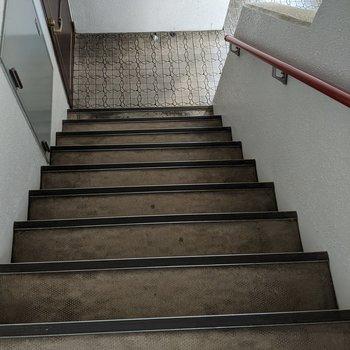 階段は手すりがついています。詳しくは現地でご確認ください。