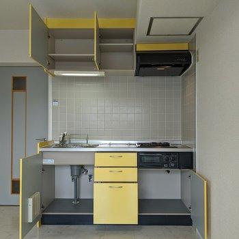 クリームイエローの可愛らしいキッチンです。収納スペースが沢山ありますよ〜。