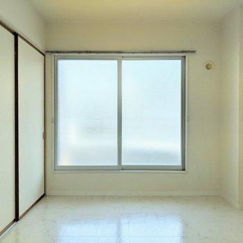 【洋室1】こちらの窓からもベランダに出ることができます。