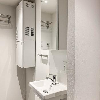 【下階】シンプルな洗面台。ですが、収納とコンセントがあり、使いやすさも考えられています。