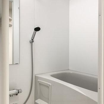 【下階】お風呂は追い焚き機能・浴室乾燥機付き。